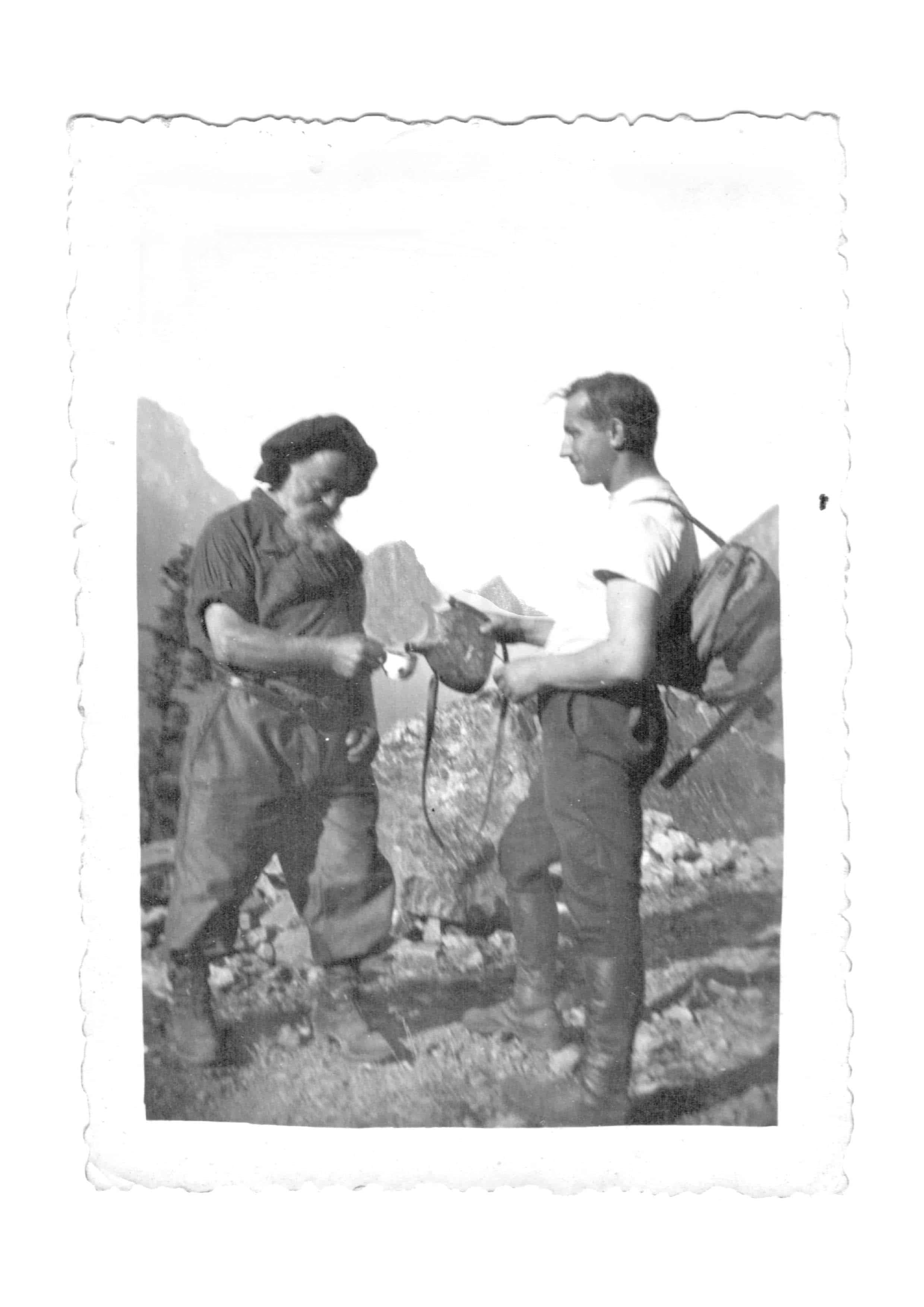 PLANTUS L'arrière-grand-père et l'arrière-arrière-grand-père en pause rafraîchissante dans les terres alpines de leurs ancêtres. Tous droits réservés UI SAS.